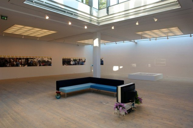 Ato Malindas Bauhaus sofa og danske keramikvaser på udstillingen Incommensurable Identities. Foto: Jens Møller.