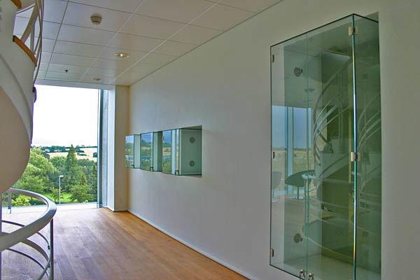 De præmierede kunstværker skal udstilles i indbyggede montre på flere etager i det nyrenoverede trappetårn hos Danfoss.
