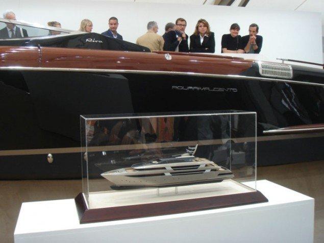 The Finest Art On Water, Christian Jankowski, 2011, lystyacht og tilhørende specialbygget gigant-yacht (model) beses af interesserede købere (Foto: Cecilie Gravesen)
