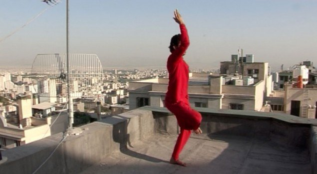 Roof Piece Tehran, Anahita Razmi, 2011, still fra video optaget i Tehran (Foto: Anahita Razmi og Frieze)