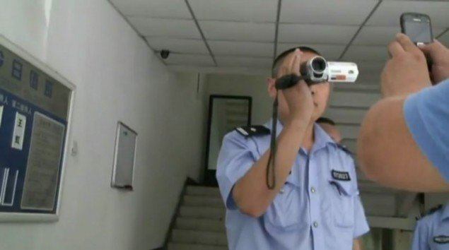 Ai Weiwei: Lao Ma Ti Hua (Disturbing Peace), 2009, 79 min. (still fra YouTube)