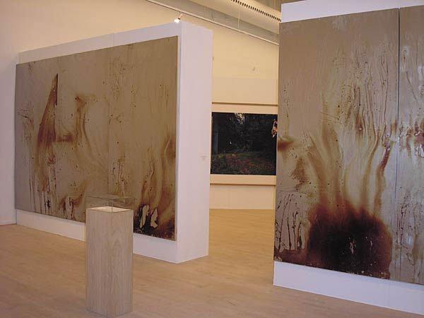 Christian Lemmerz, Blutspiegel, 2003, i baggrunden ses Per Bak Jensen, Sække, 1996. Foto: Pernille Bøttcher.