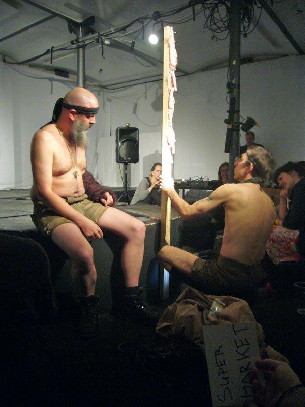 Jörn Burmester og Florian Feigl med performancen Rambo Revisionist under det femte Samtalekøkken.
