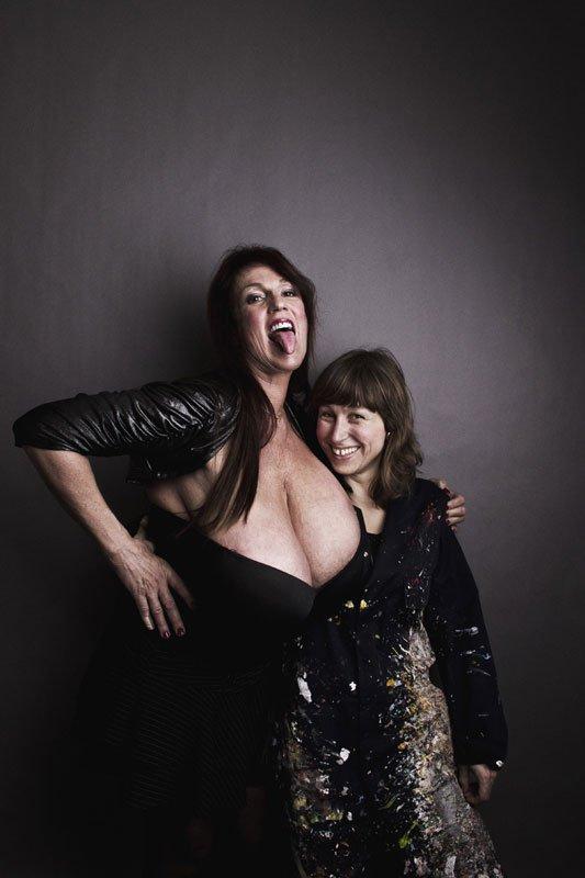 Busty Heart og kunstneren Inger Schraff. (Foto: Kenneth Nguyen)
