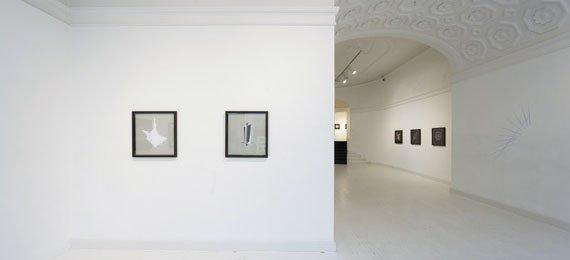 Installationsvue fra udstillingen Spatial Ambiguity hos Martin Asbæk Gallery. Foto: Jesper Carlsen