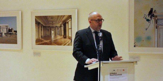 Klaus Bondam under åbningen af A Modern Royal Household i Bruxelles. (Foto fra Det danske kulturinstituts Facebook-side)