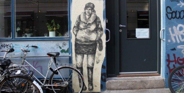 Fra serie af kontinuerlige interventioner i det offentlige rum 2005-2011. Kul tegning på papir, klisteret på væg. Ca. 180 X 60 cm Vesterbro, København. 2010. Pressefoto.