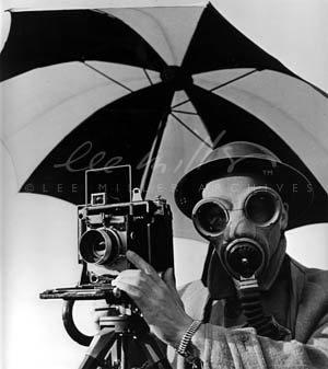 """Lee Miller, """"David E. Scherman klædt på til krig"""", London 1943 ©Lee Miller Archives, England. All Rights Reserved."""