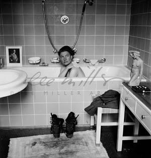 """Lee Miller og David E. Scherman: """"Lee Miller i Hitlers badekar"""", Hitlers lejlighed, München, Tyskland 1945 ©Lee Miller Archives, England. All Rights Reserved."""