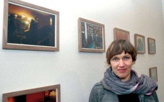 Gitte Villesen foran fotoserien Script for a Silent Movie, 2007, 22 fotos, hver ca. 20 x 30 cm. Foto: Steen Hebsgaard.