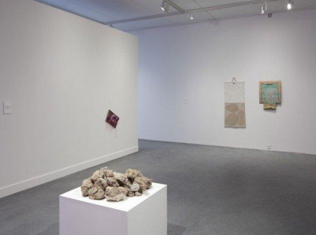 Installationsview med værker af Daniel Knorr og Marie Søndergaard Lolk. (Foto: Anders Sune Berg)