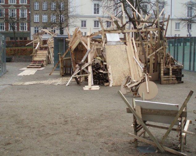 Outsize: 'The White House Project' i Kunstbygningens gård. Foto: Kristian Handberg.