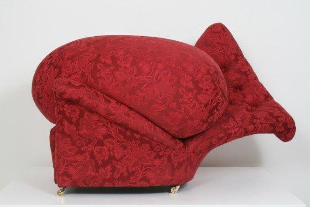 Hele vejen rundt på udstillingen støder man på Nina Saunder' møbler, der krøller tæer eller går over deres bredder(Sincerely Yours, 2006).
