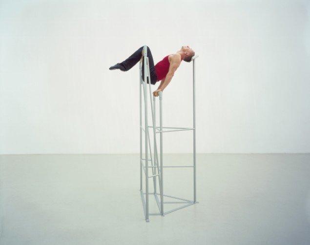 Jacqueline Doyen bidrager med skønne stilladser, der ligner en blandning mellem gynækologiske lejer og gymnastikredskaber(Salto, 2008).