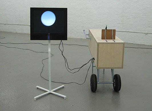 Henrik Menné: Måne uden navn, 2008, kamera, jern, ventilator, skærm, variable dimensioner (ca. 200 x 150 x 150 cm). Foto: © Henrik Menné.