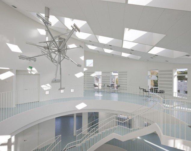 Henrik Menné: Green Lighthouse Instrument, 2009, aluminium og spejle. Green Ligthouse Instrument er en stedsspecifik udsmykning i Green Lighthouse, Københavns Universitets Naturvidenskabelige Fakultet. Foto: Adam Mørk.
