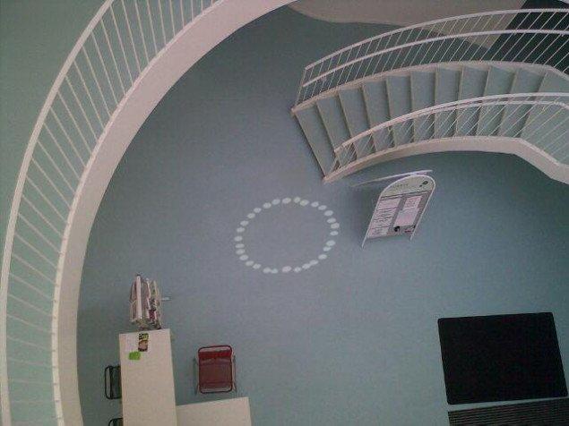 Henrik Menné: Green Lighthouse Instrument, 2009. Refleksion af dagslys på bygningens gulv, flere etager under det loft, hvor instrumentet er ophængt. Foto: © Henrik Menné.
