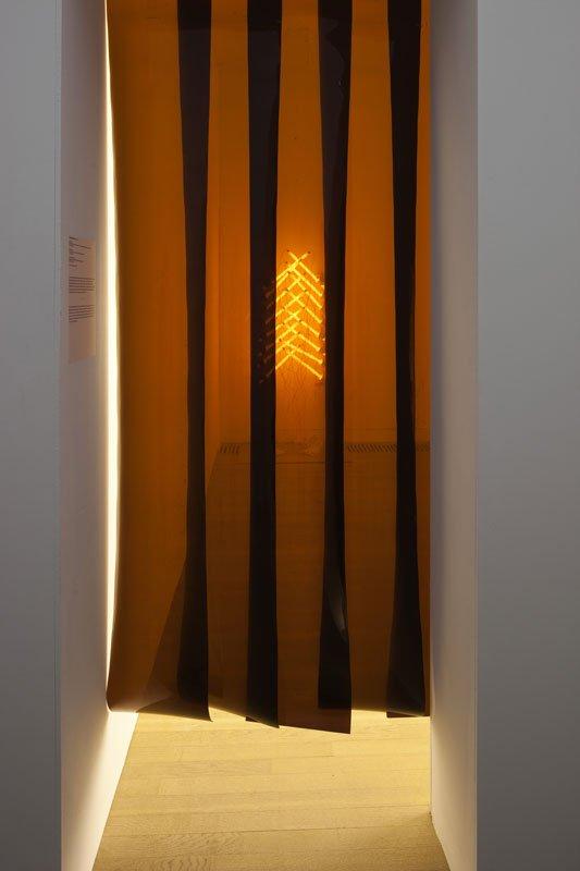 Plasticforhænget ind til Brian Ravnholdt Jepsens udstillingsrum på Enter II inddæmmede dels det kraftige lys, men også varmen. (Foto: Torben Eskerod)