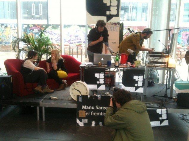Universitetsradioen har travlt med at hive deltagere til den varme stol. (Foto:Aske Birkelund Erbs)