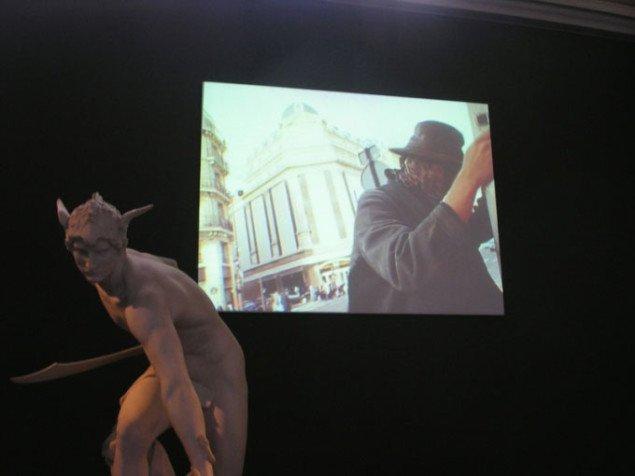 Dialog mellem klassisk skulptur og reklame-seriemorder.  Pressefoto.