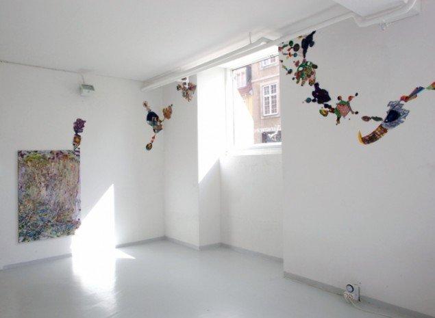 Tankerne skvulper om alt, 2012, akvarel på papir, lang collage på væg. Pressefoto.