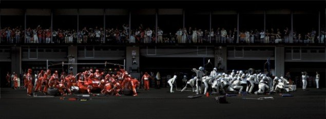 Andreas Gursky: F1 Boxenstopp I, 2007 (F1 Pit Stop I, 2007). © Andreas Gursky / VG Bild-Kunst, Bonn