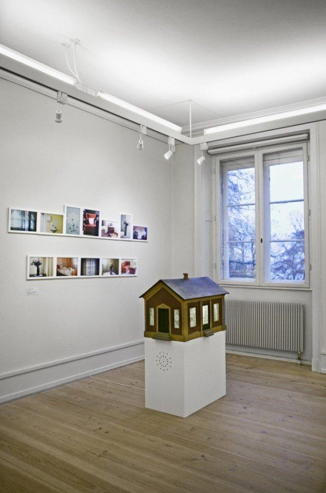 Et Dukkehjem, 2011, lydinstallation, foto, lyd, oplyst dukkehus, Sophienholm. Foto: Camilla Schiøler.
