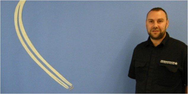 Andreas Schulenburg foran værket B52 i U-Turn, 2011, filt, 176 x 500 cm. Pressefoto.
