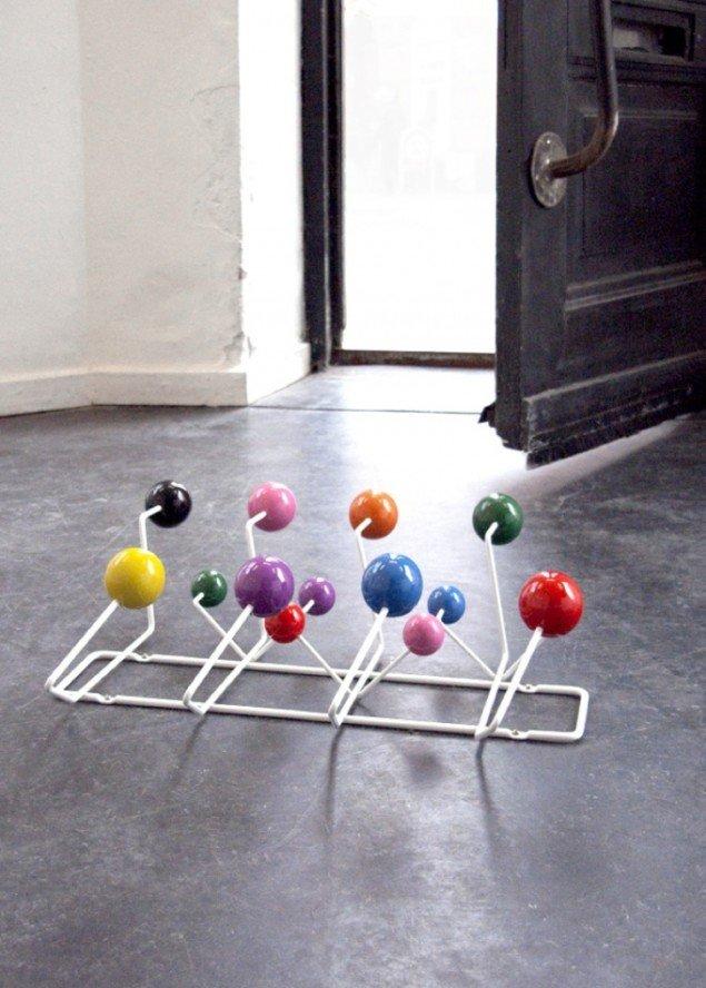 Booby trap, 2012. Eames' Hang It All knagerække, messingskruer, 44 x 38 x 13 cm. Pressefoto.
