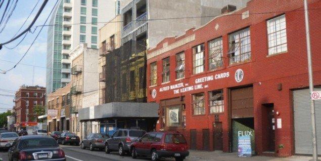 Den røde Flux Factory i Queens, New York. Foto: Courtesy of Flux Factory.