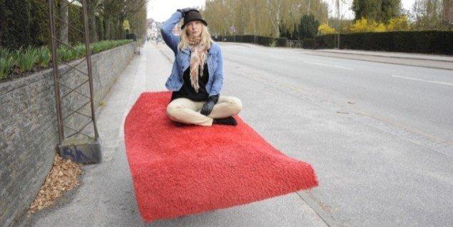 Ursula Sepponen på hendes Flyvende tæppe. Besøgende i Spanien19C kan få en flyvetur på tæppet. Foto: Alex Wolkowicz.