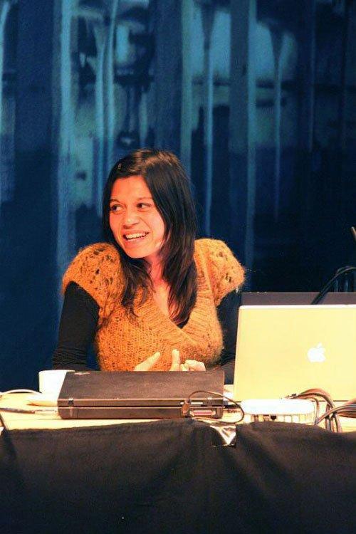 Lillebeth Cuenca Rasmussen fortæller om sin kunst. Foto: Knud Erik Serup