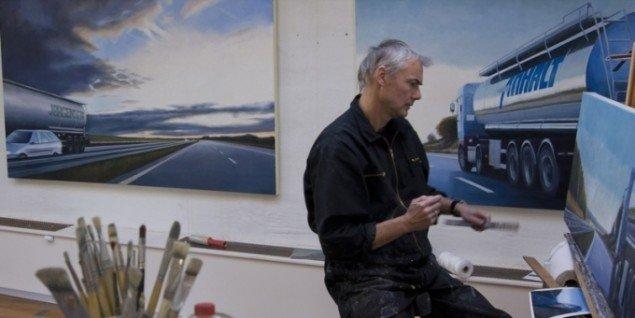 Steen Larsen i atelieret. I baggrunden værker fra serien No way back. Foto: Ole Hein Petersen.