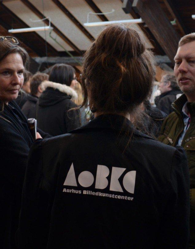 Åbning af Godsbanen. Anja Raithel med ryggen til. Billedkunstner Birgit Johnsen til venstre og redaktør på KUNSTEN.NU Jan Falk Borup til højre. Pressefoto.