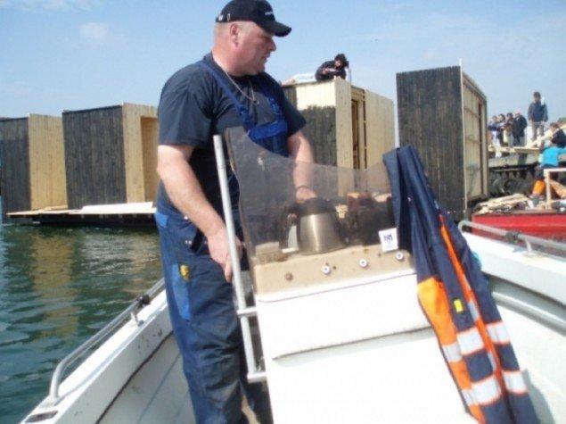 Steen[Havnen] navigerer moterbåden, der trækker den store Badepavillon. Foto:Urban Play.
