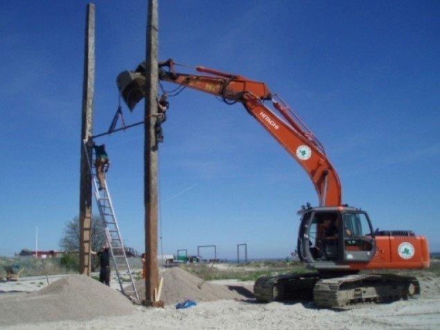 Raumlabor's[DE] gynge af træ fra havnen under konstruktion. Foto:Urban Play.
