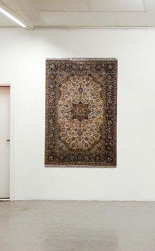 Malene Nors Tardrup: Ægte Tæppe Fortælling (Nain), 10.000 snapshots fra en rejse til Iran er sat sammen til et persisk tæppe. Nuancerne forsvinder, detaljerigdommen bliver til et ordnet mønster.