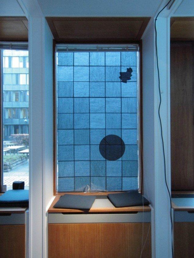 Matilde Duus:  Ud af sammenhæng. Kunstneren har lavet et gardin til et af vinduerne i MindLab. Motivet kan kun ses om dagen, når lyset strømmer igennem. Om aftenen, når det er mørkt udenfor, forsvinder det.