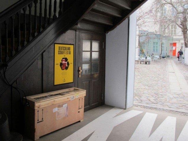 Martin Zet: Deutschland schafft es ab Plakat. Foto: Berlin Biennale