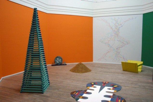 Sara Willemoes Thomsen: Når materie bliver til en drage, ler, træ, tegning på væg, maleri på plade, farvet maling. Foto: Maja Sandberg.