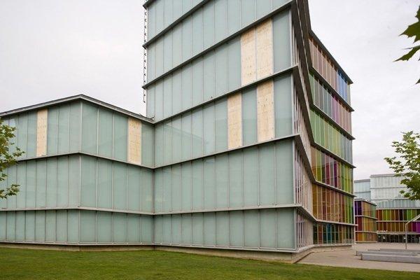 Window to the World, 2009, glas fra facaden på den prisvindende bygning, som huser museet MUSAC i León, fjernes og installeres i museet.