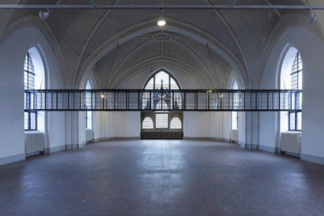 Pigeons portal, 2008. En korridor forbinder de to vinduer i kirkebygningen, og gør det muligt for duer at krydse udstillingsrummet. Pressefoto.