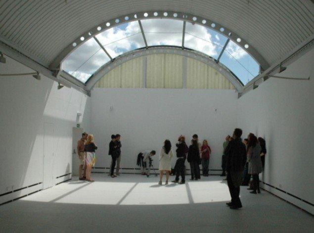 Minus roof, 2009, dele af taget er fjernet på et galleri. Publikum blev tilbudt en flyvetur hen over galleriet uden tag og kunne betragte publikum i galleriet og omvendt. Pressefoto.