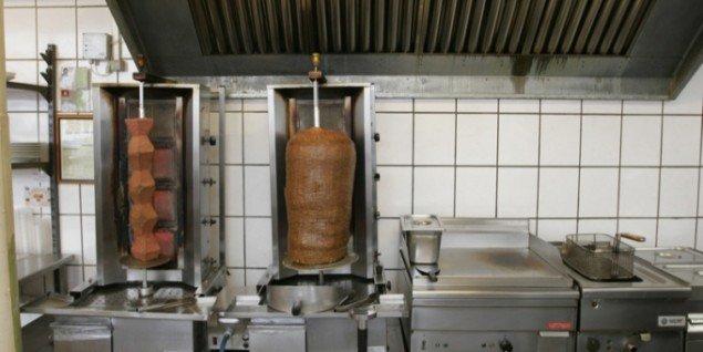 Endless Döner, 2007. Kokke på en række restauranter formede en kebab til billedhuggeren Brancusis hovedværk Den uendelige søjle. Kebabsøjlen blev serveret til gæsterne, som ikke var klar over, at de deltog i en performance.