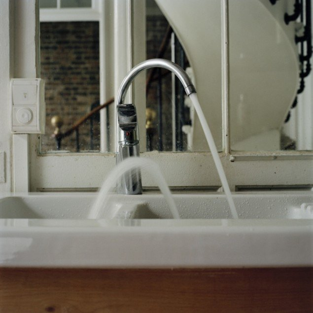 Water jet recoiling from sink, 2010. Pressefoto.