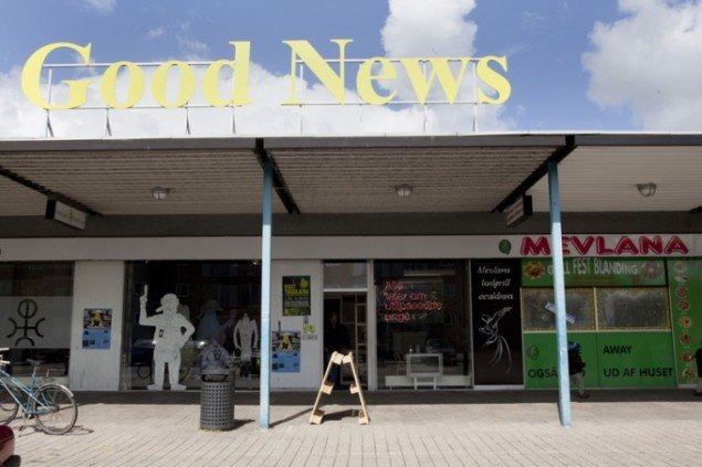 Wiebke Grösch / Frank Metzger: GOOD NEWS, 2012. Et værk, der peger på misforholdet mellem det personlige og medieskabte billede af Tingbjerg. (Pressefoto)