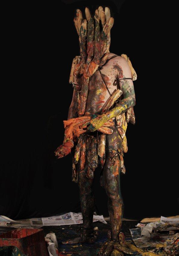 Søren Dahlgaard, udklædt som Dej krigeren, udfører portrætmalerier som del af en live performance. Polen 2011. Pressefoto.