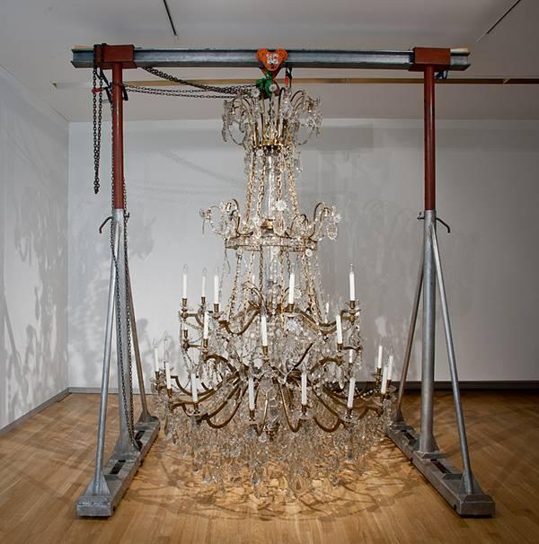 08:03:51, 28.05.2009, 2009. Lysekronen har oprindeligt hængt over et stort konferencebord i balsalen på Hôtel Majestic i Paris, hvor Vietnam og USA underskrev fredsaftalen i 1973. Foto: Frida Gregersen/SMK-foto