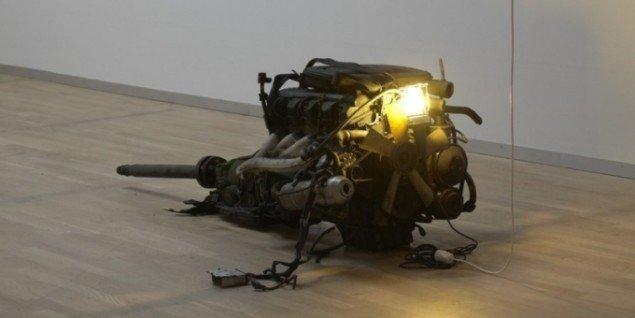 Das Beste oder Nichts, 2010. Motoren fra kunstnerens far Phung Vo's Mercedes-Benz 190. Foto: Anders Sune Berg.