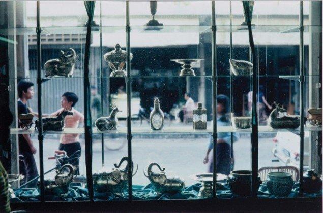 Boys Seen Through a Shop Window, 2009. Foto: Joe Carrier, Cambodia 1972 © Danh Vo.
